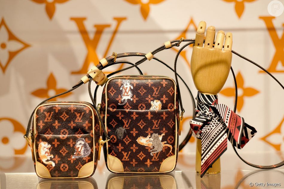 47214ac0bd Grace Coddington para Louis Vuitton  bolsinhas e lenço desejo