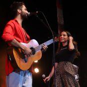 Anitta faz show com Silva e é surpreendida por fã com abraço no palco. Fotos!