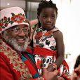 Títi posa ao lado de Seu Rubens, Papai Noel que faz alegria das crianças em São José do Rio Preto, em São Paulo