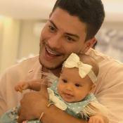 Arthur Aguiar lamenta críticas após mostrar rosto da filha: 'É chocante, triste'