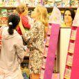 Angélica passeia com Eva em shopping do Rio de Janeiro e compra boneca Peppa Pig para a filha