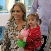 Angélica compra boneco Peppa Pig para a filha, Eva, durante passeio no shopping