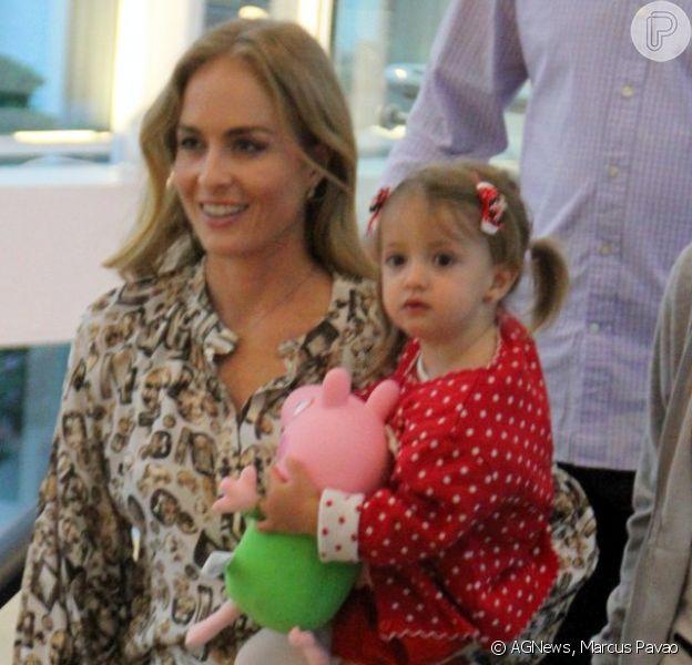 Angélica passeia com Eva em shopping do Rio de Janeiro e compra boneca Peppa Pig para a filha, nesta terça-feira, 16 de setembro de 2014