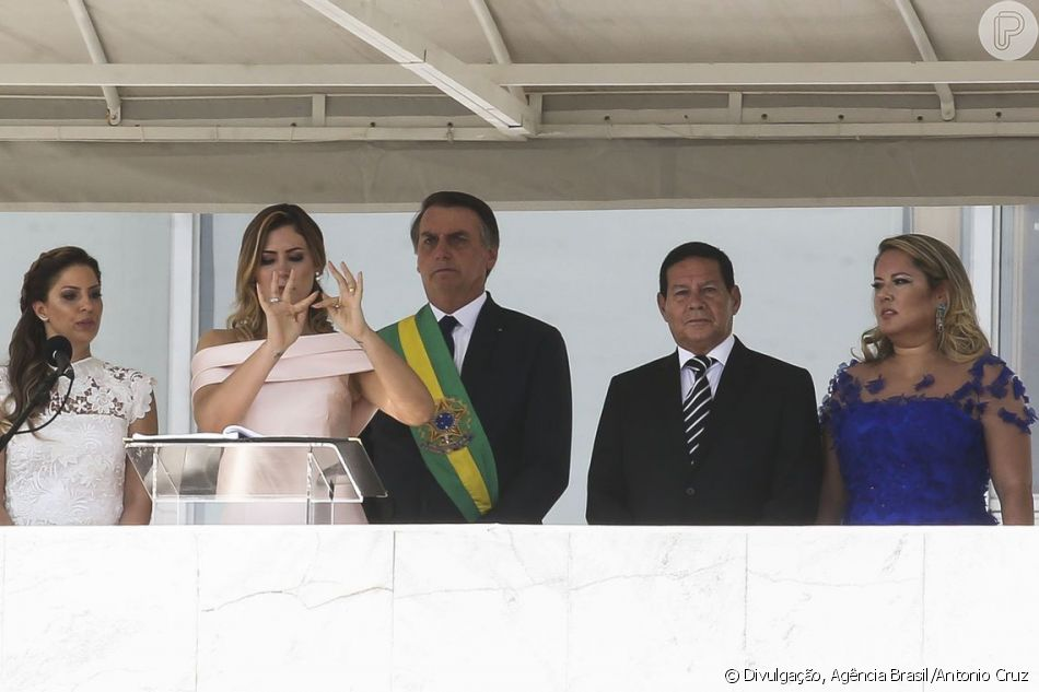 Michelle Bolsonaro emocionou a intérprete de libras ao fazer o discurso na linguagem de sinais