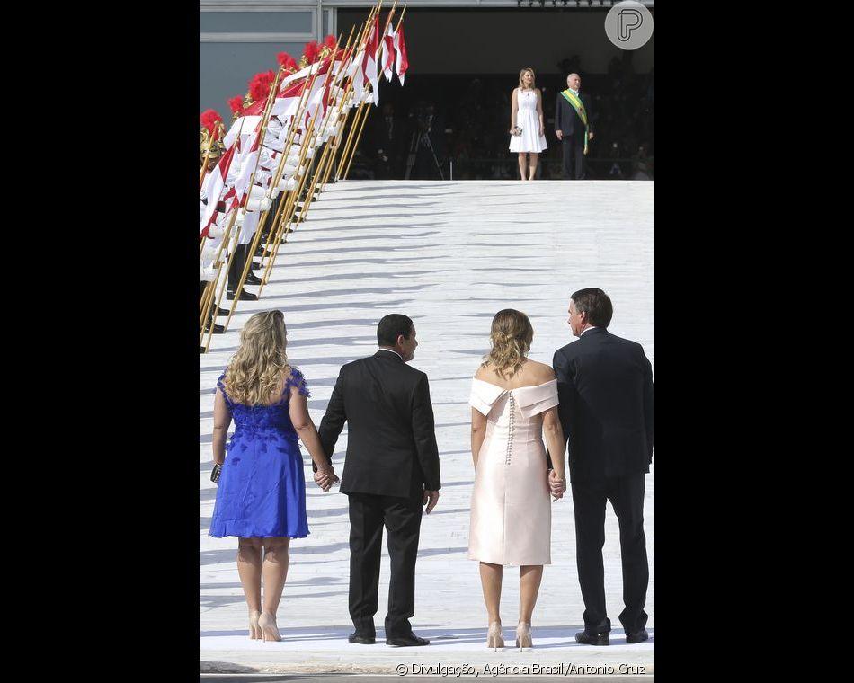 Michelle Bolsonaro usou um vestido com 20 botões forrados nas costas