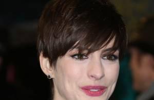 Anne Hathaway rompe zíper de vestido, é vaiada e estava gripada no dia do Bafta