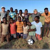Luciano Huck dá bola de futebol nova para crianças de Moçambique: 'Dar um up'