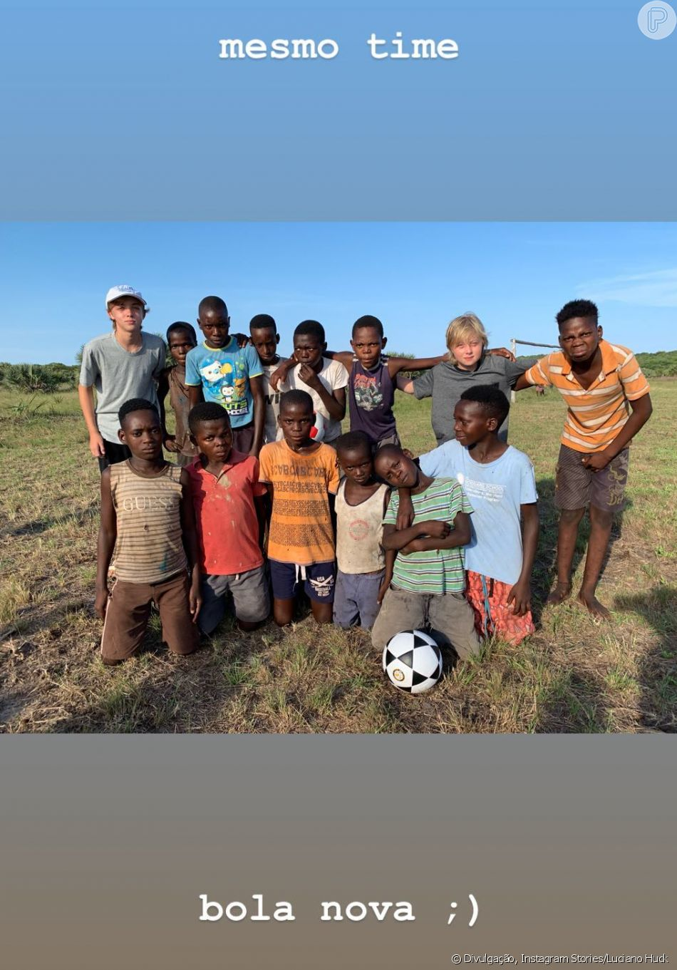 Luciano Huck presenteia crianças de Moçambique com bola de futebol ... 79b9f515dd064