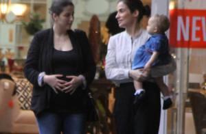 Renata Vasconcelos brinca com a sobrinha e exibe estilo com look preto e branco