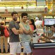 Cauã Reymond foi fotografado no supermercado ao lado do irmão de Grazi Massafera, Gilmar