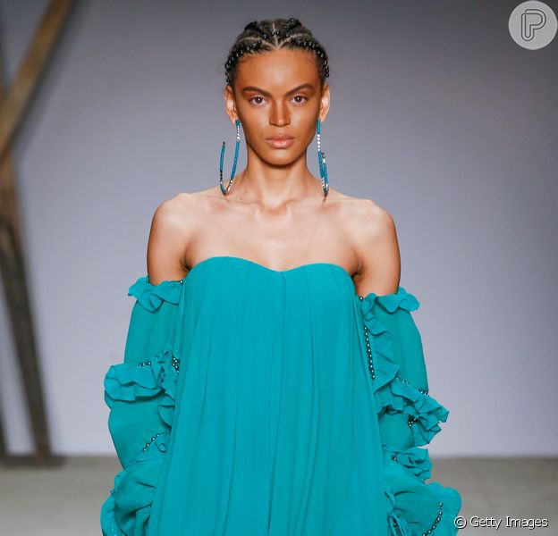 O vestido longo de um ombro só é uma das tendências de festa e pode ser aposta para madrinhas de casamento