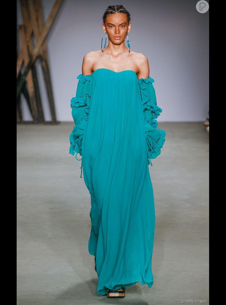 a121927b2 O vestido longo de um ombro só é uma das tendências de festa e pode ser