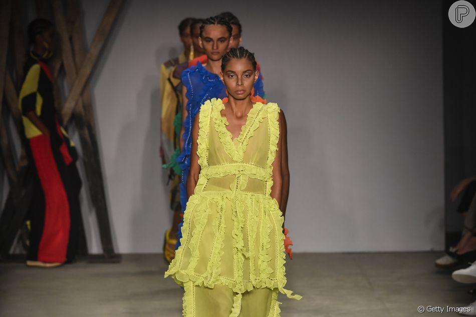 c4ec64ac37645 O amarelo com babados é uma das principais tendências e podem ser usados  para casamentos no verão. Esse é da grife brasileira Apartamento 03