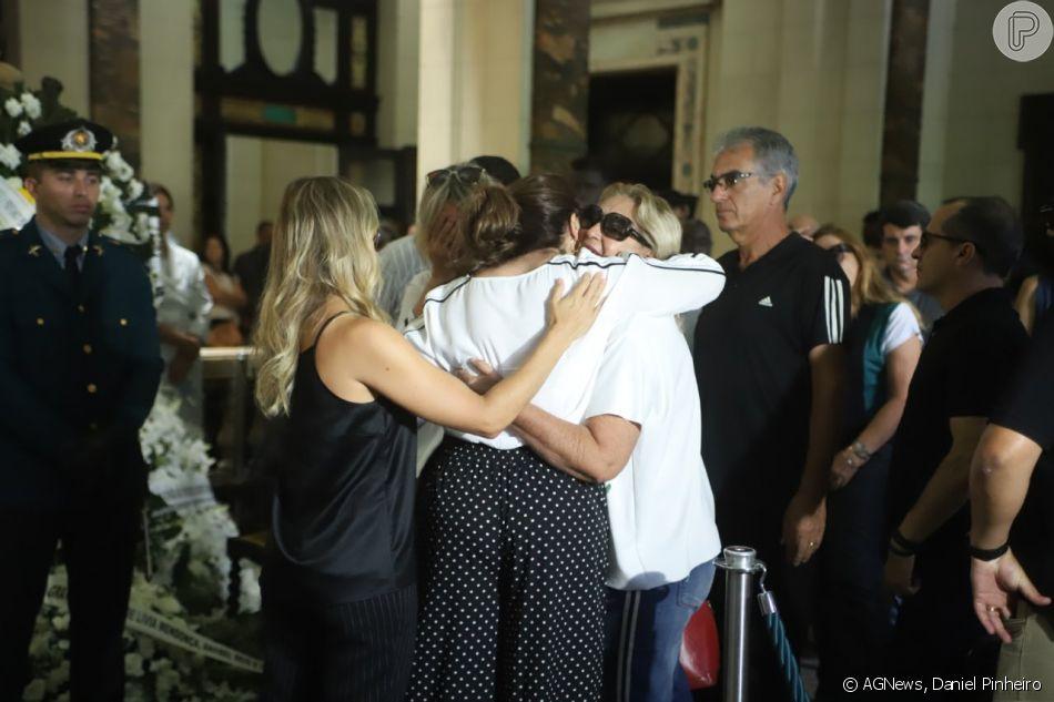 Sonia Lima foi consolada no velório do marido, Wagner Montes, neste domingo, 27 de janeiro de 2019