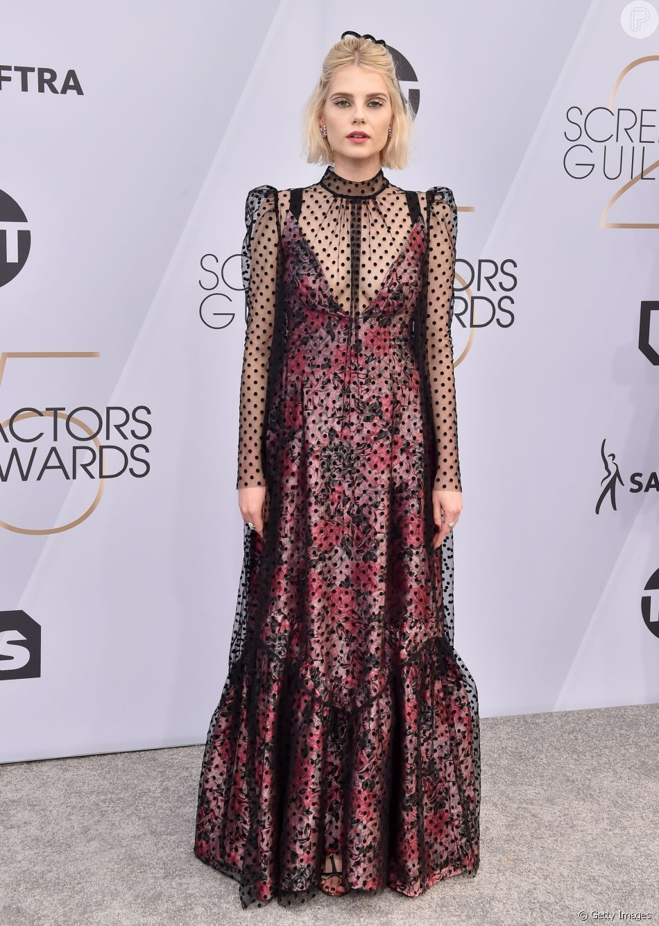 5ed13b820d Pretinho (nada) básico  vestido de Lucy Boynton no SAG Awards em 27 de