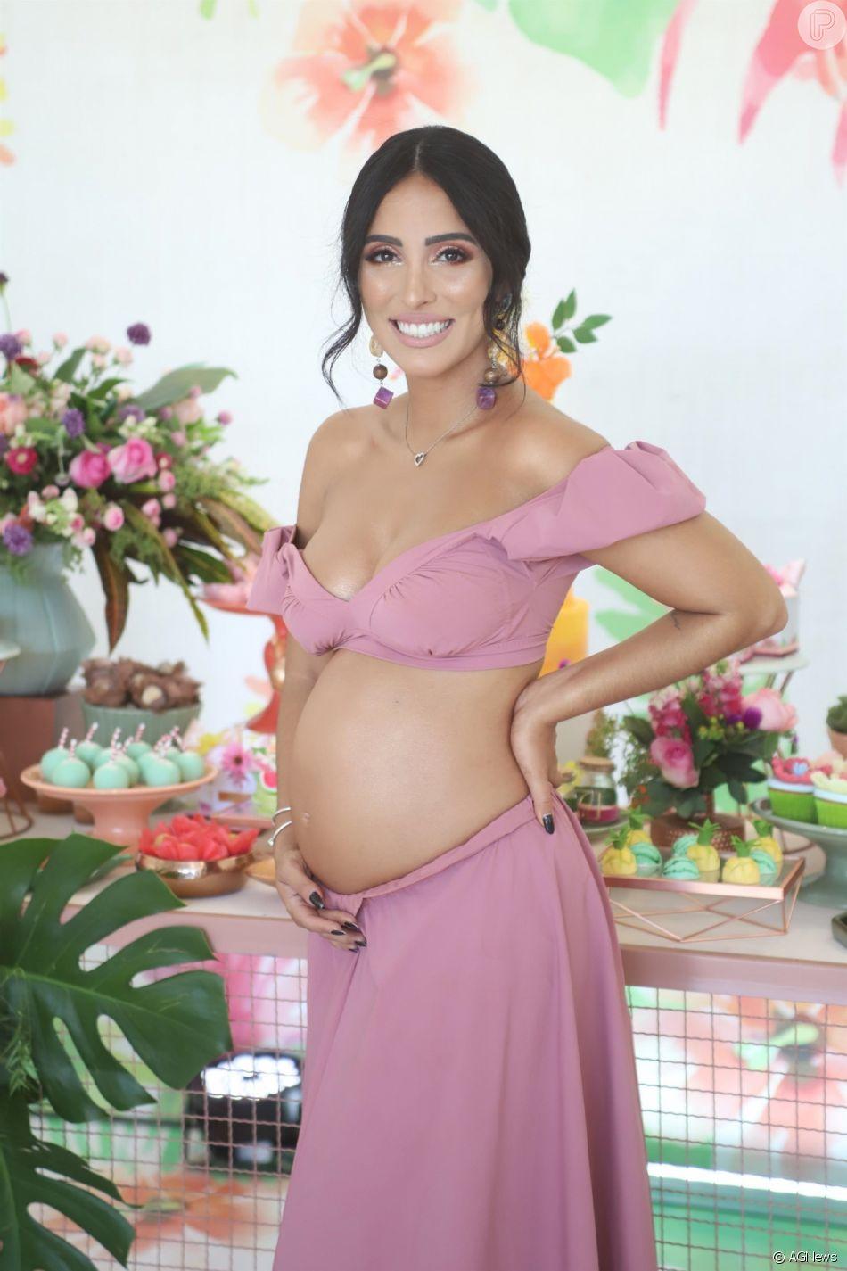 A aniversariante Jade Seba apostou em um conjunto rosa nude de saia longa e cropped ombro a ombro com babados nas mangas da grife Amir Slama