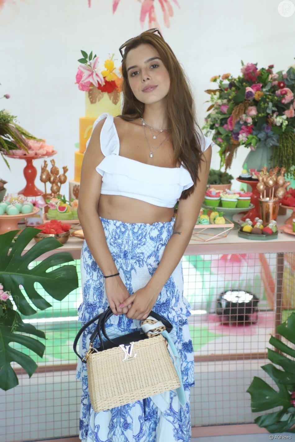 73fe501b1a Giovanna Lancellotti apostou em saia longa e cropped branco no aniversário  de Jade Seba