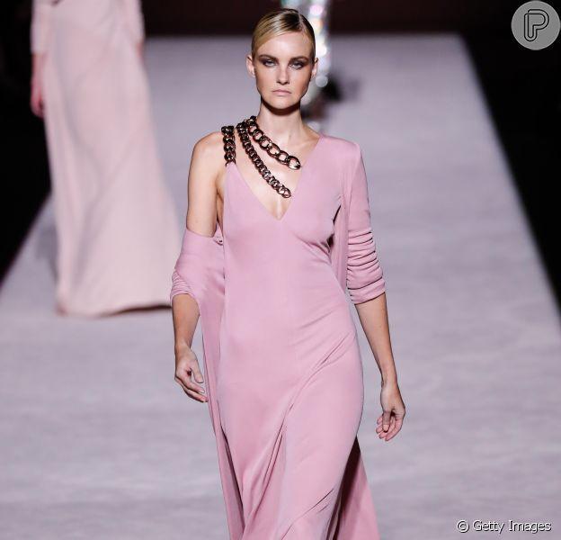 A top brasileira Carol Trentini desfilou um vestido rosa suave com assimetria e caimento fluido - além da aplicação de correntes no desfile de Tom Ford na New York Fashion Week