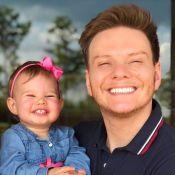 Filha de Teló, Melinda alerta cantor em passeio de carro: 'Papai, o cinto'