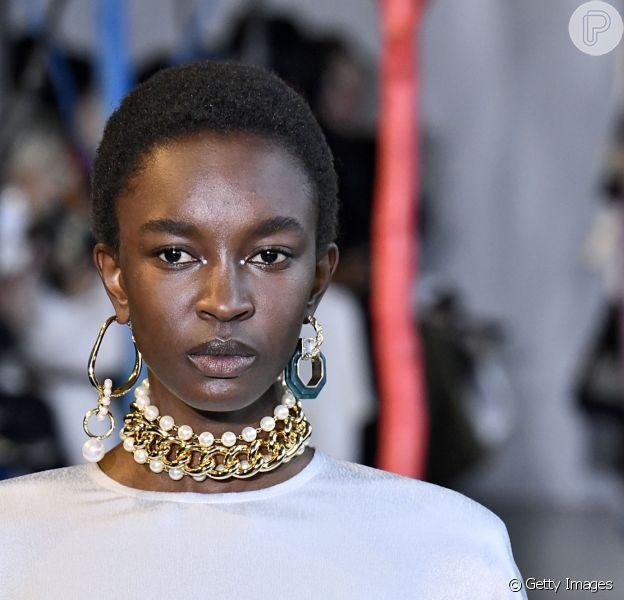 Pérolas no desfile da Adeam Ready to Wear na Nova York Fashion Week: mix de colares e brincos