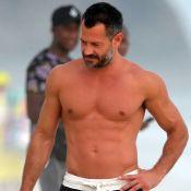 Galã à vista! Sem camisa, Malvino Salvador aproveita praia com a família