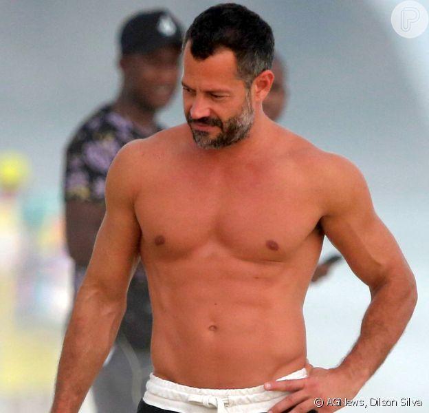 Malvino Salvador curte dia de calor no Rio em praia carioca com a família e amigos
