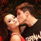 Larissa Manoela pula no pescoço do namorado ao reencontrar ator após 3 semanas