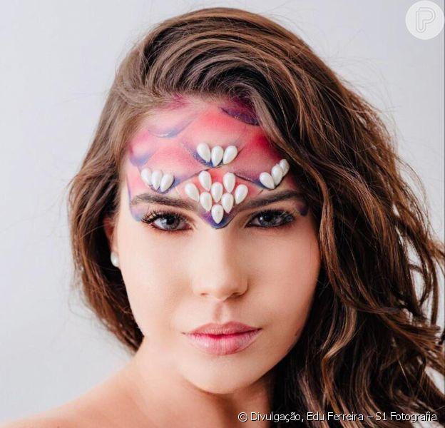 As escamas da maquiagem de sereia para o Carnaval foram feitas lápis de olho preto