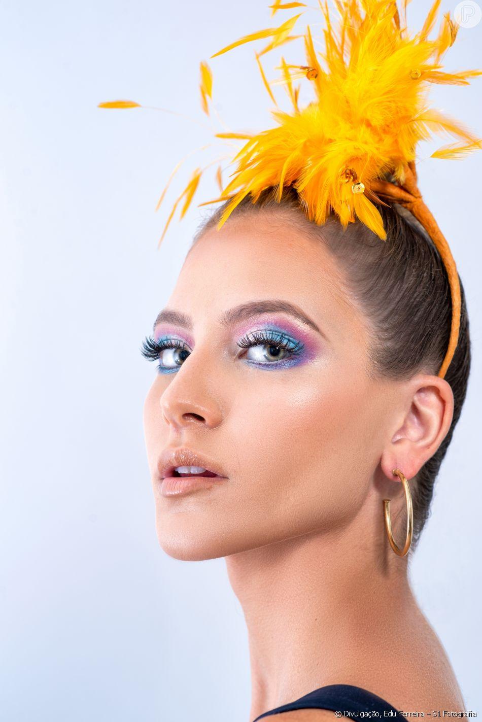 A maquiagem de fada para o Carnaval foi feita com sombras rosa e azul, e extensão de cílios artísticos com brilho purpurinado nas pontinhas, da Mylash