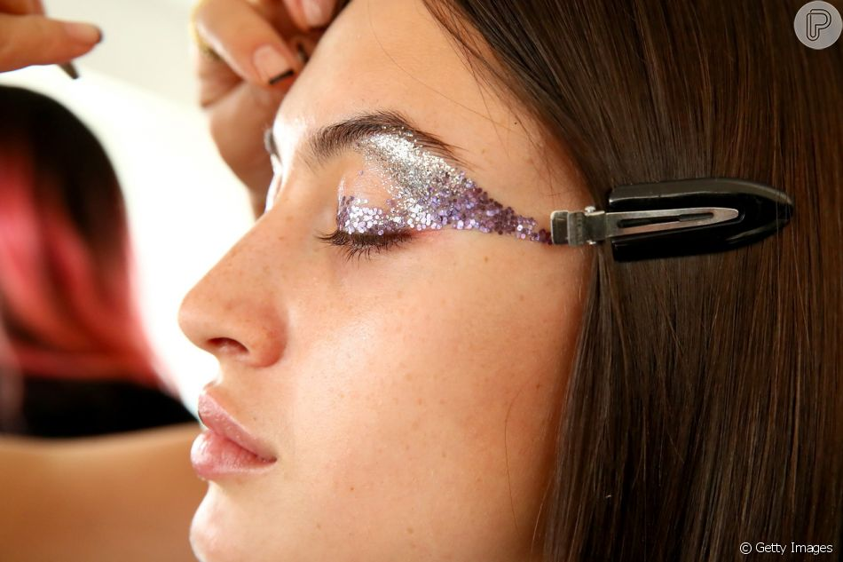 Maquiagem de Carnaval: glitter em tons de roxo e lilás pode ser usado na fantasia de fada