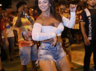 8ac9d0cf7 Em casa! Viviane Araujo elege shortinho jeans e top em ensaio do Salgueiro