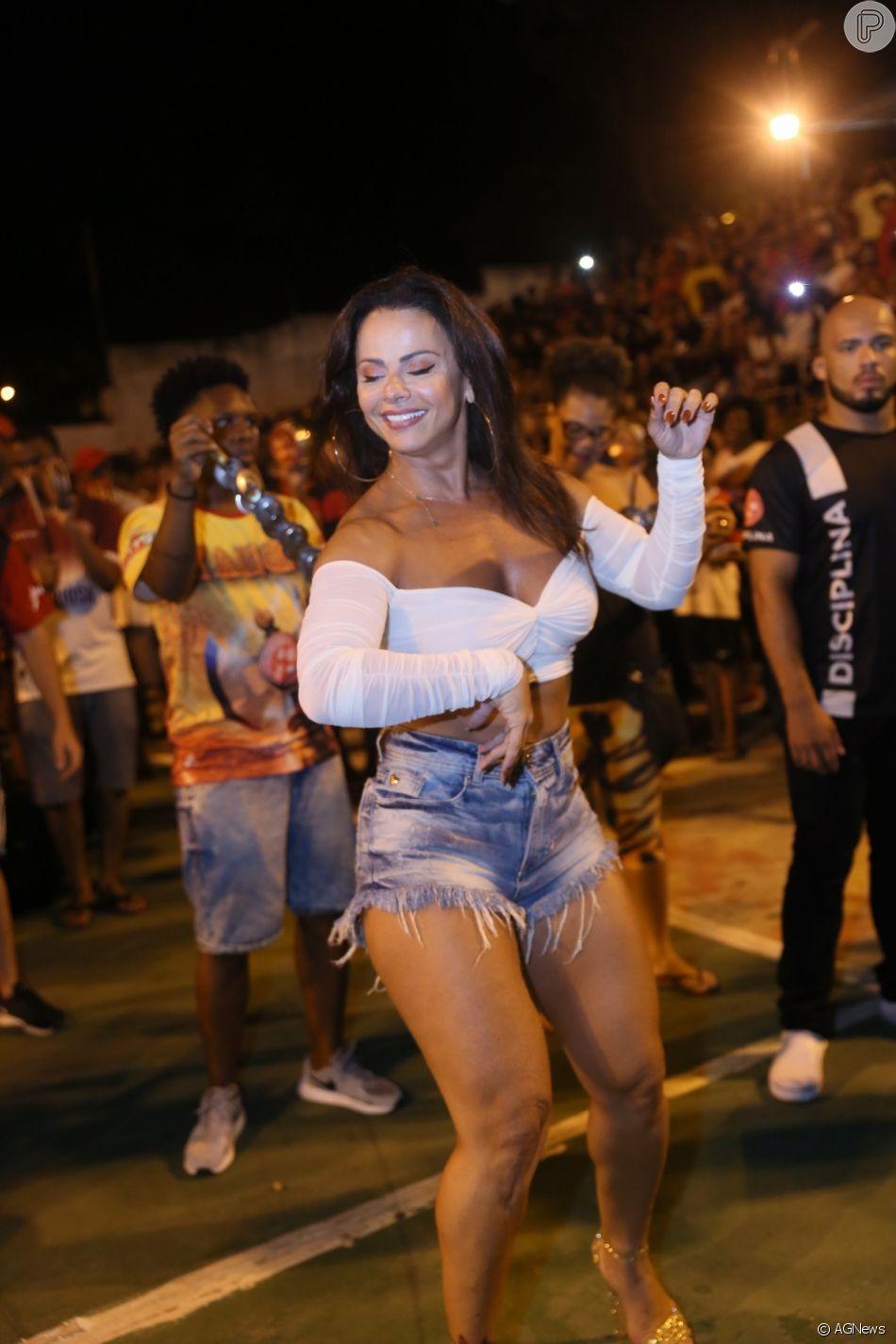 Viviane Araujo deu um show de samba no pé durante ensaio de Carnaval da escola de samba carioca Acadêmicos do Salgueiro nesta quinta-feira, 21 de fevereiro de 2019