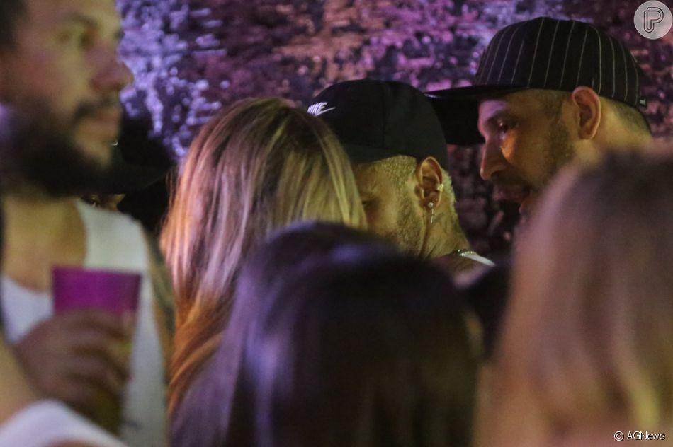 Neymar aparece dando beijo discreto em cantora no Camarote Salvador