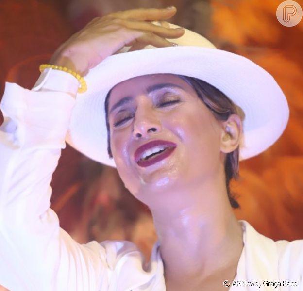 Camila Pitanga se emocionou ao desfilar pela Porto da Pedra