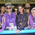 Bruna Marquezine e Sabrina Sato acompanharam o desfile da Mangueira na Marquês de Sapucaí