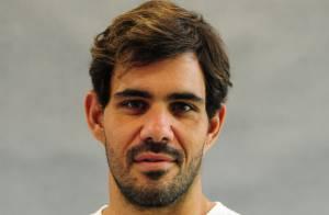 Juliano Cazarré é internado em clínica para fazer cirurgia plástica na orelha