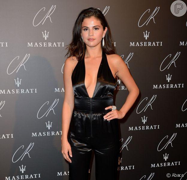 Selena Gomez veste um macacão da grife Louis Vuitton no evento da CR Fashion Book, em Paris, na França, em 30 de setembro de 2014