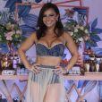 Viviane Araujo aposta em cropped e hot pants para festejar aniversário