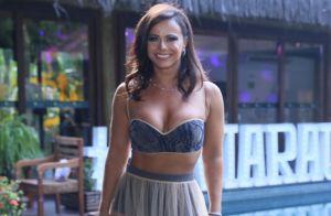 54b86a20b Top e hot pants  Viviane Araujo investe em transparência em festa de 44 anos
