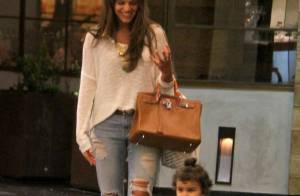Bruna Marquezine passeia em shopping no Rio e se diverte com criança