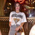 Flávia Pavanelli  apostou em uma camiseta de manga da grife italiana Moschino