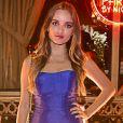 Giovanna Chaves apostou em um vestido monocromático azul para festa. Atriz seguiu pra evento após gravação no SBT