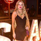 Luísa Sonza elege vestido assimétrico e maxicorrentes para festa de empresário