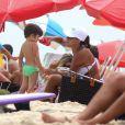 Juliana Paes dá água para o filho