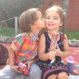 Os pais corujas adoram compartilhar momentos importantes de Olívia e da família nas redes sociais. Na foto, a pequena aparece com o priminho Joaquim
