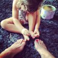 Olivia se diverte pintando as unhas do papai de vermelho e, vaidosa, aproveita para retocar as suas