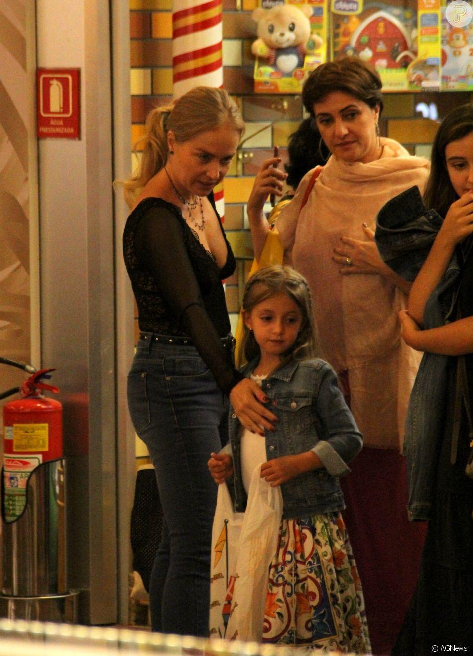 Angélica e Eva foram fotografadas deixando loja de brinquedos no Village Mall
