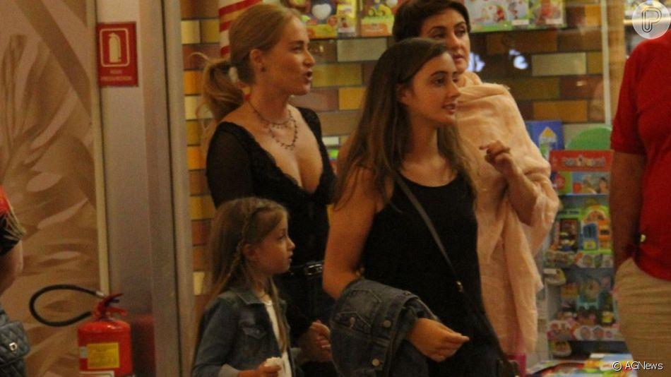 Angélica leva a filha, Eva, às compras em shopping do Rio