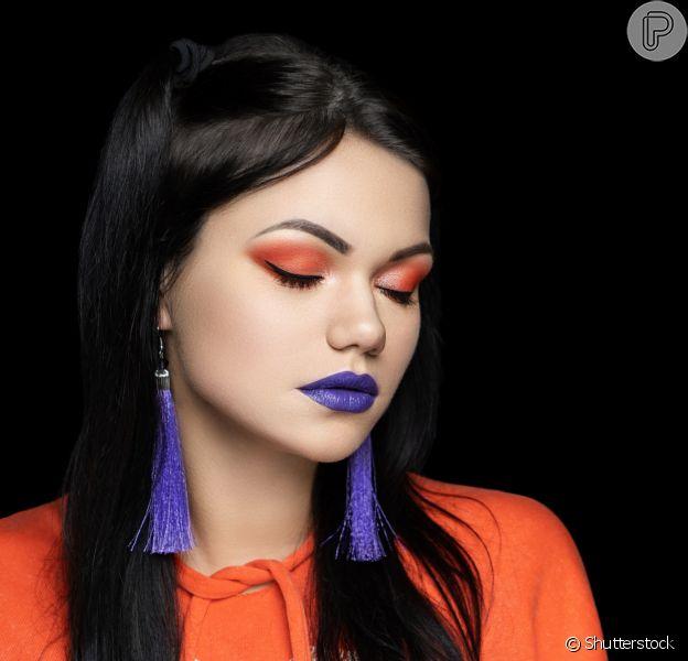 Color blocking na boca e nos olhos: laranja e azul em uma maquiagem para as mais moderninhas