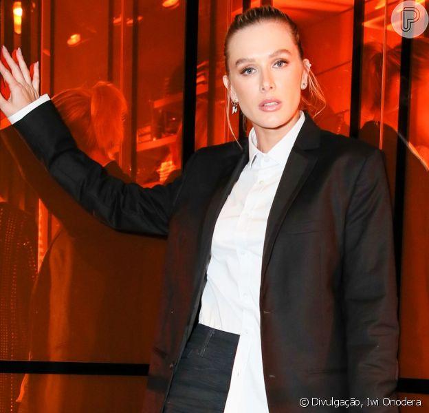 Fashionista! Fiorella Mattheis aposta em look de alfaiataria com tenis sneakers em evento da John John